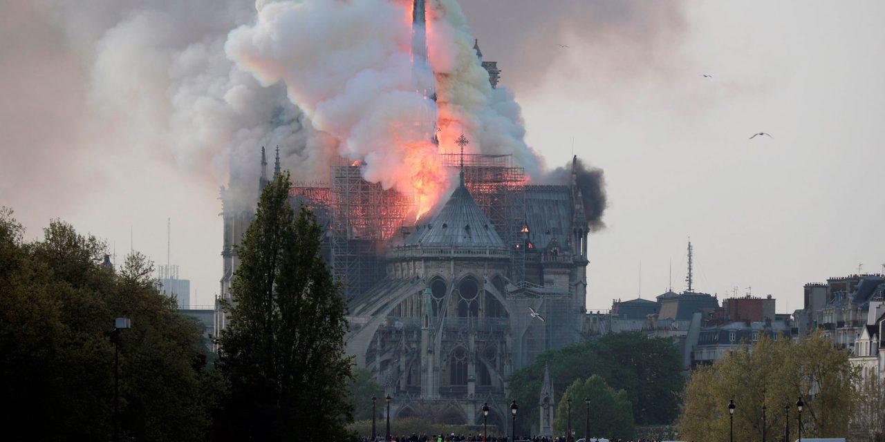 INFIERNO EN NOTRE DAME | Se incendia la histórica catedral en París (VÍDEO)