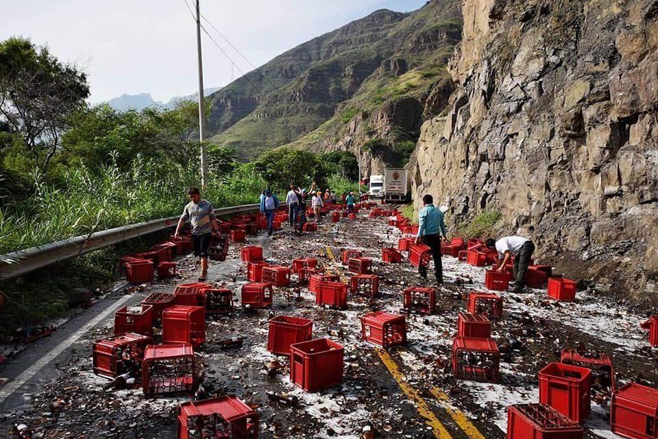 GRAN PÉRDIDA | Accidente deja cientos de cajas de cerveza regadas en carretera