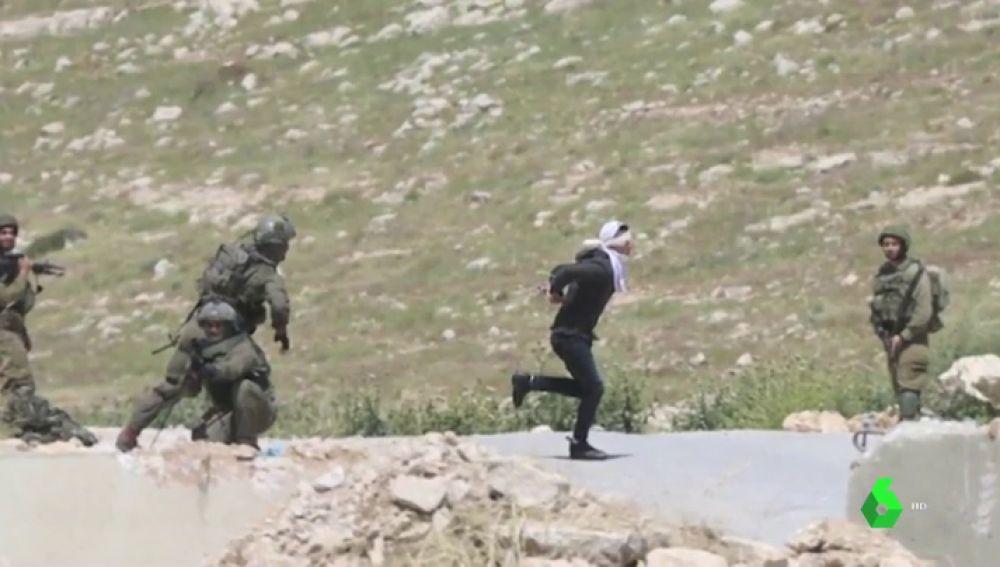 ATADO Y CON LOS OJOS VENDADOS: soldados israelíes torturan a tiros a un estudiante de 16 años (FOTOS)