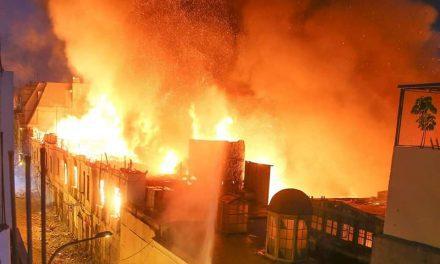 MESA REDONDA BAJO FUEGO | Más de 40 unidades de bomberos intentan apagar voraz incendio en jirón Cusco (FOTOS)