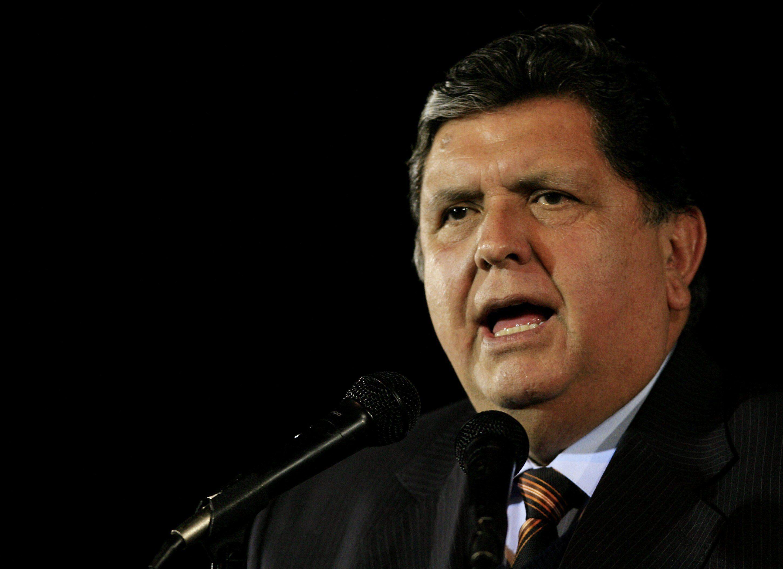 BOG30. BOGOTÁ (COLOMBIA), 06/08/10. El presidente de Perú, Alan Garcia, habla hoy, viernes 6 de agosto de 2010, en el Aeropuerto Militar de CATAM, en Bogotá (Colombia), en donde asistirá este sábado a la posesión de Juan Manuel Santos como nuevo mandatario del país. EFE/Leonardo Muñoz