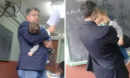 BELLO GESTO | Profesor dicta clases con bebé en brazos para que su alumna pueda atender