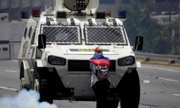 CRECE LA TENSIÓN EN VENEZUELA | Una tanqueta atropelló a manifestantes (VÍDEO)