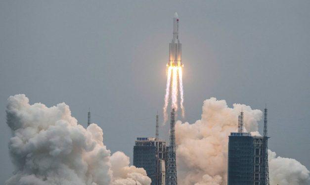 """El Pentágono rastrea la caída del cohete chino que está regresando """"sin control"""" a la Tierra"""