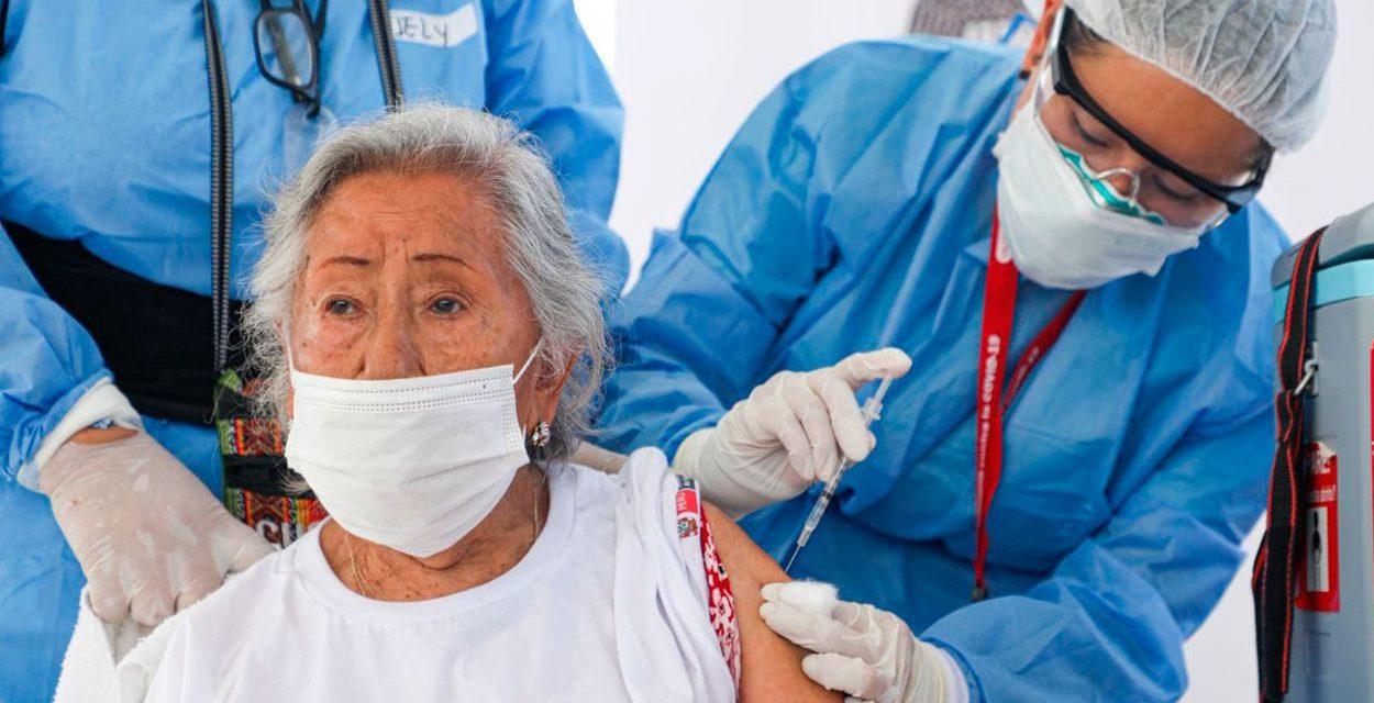 Contraloría investiga caso de uso de jeringas vacías en vacunación de adultos mayores