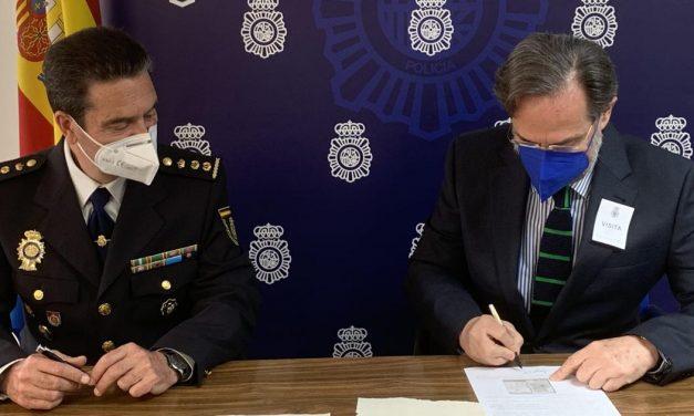 Policía española entrega a Perú dos documentos históricos que se querían vender en internet