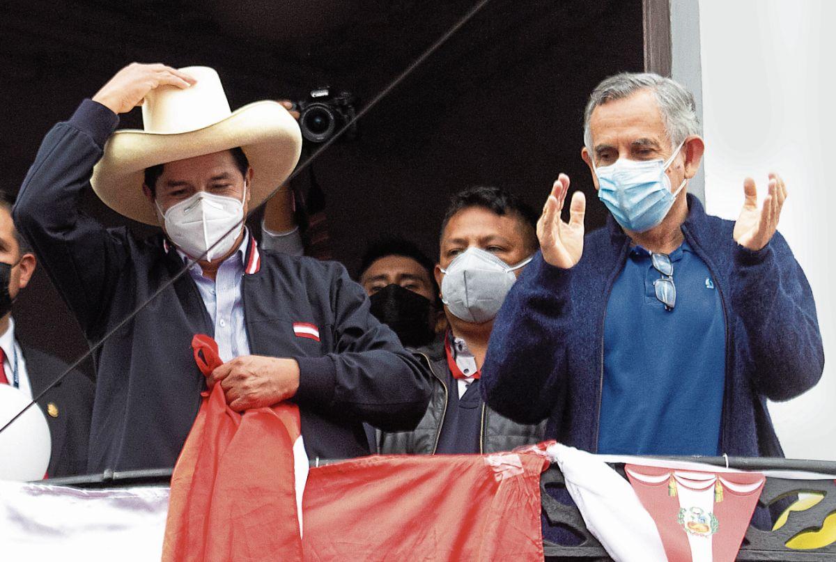 LUNES 7 DE JUNIO DE 2021  EL CANDIDATO A LA PRESIDENCIA POR EL PERU PEDRO CASTILLO (c) JUNTO A PEDRO FRANCKE (d) SALUDAN A SUS SIMPATIZANTES QUE SE CONGREGARON EN LOS EXTERIORES DE SU COMANDO EN EL PASEO COLON.  FOTOS: GERALDO CASO BIZAMA