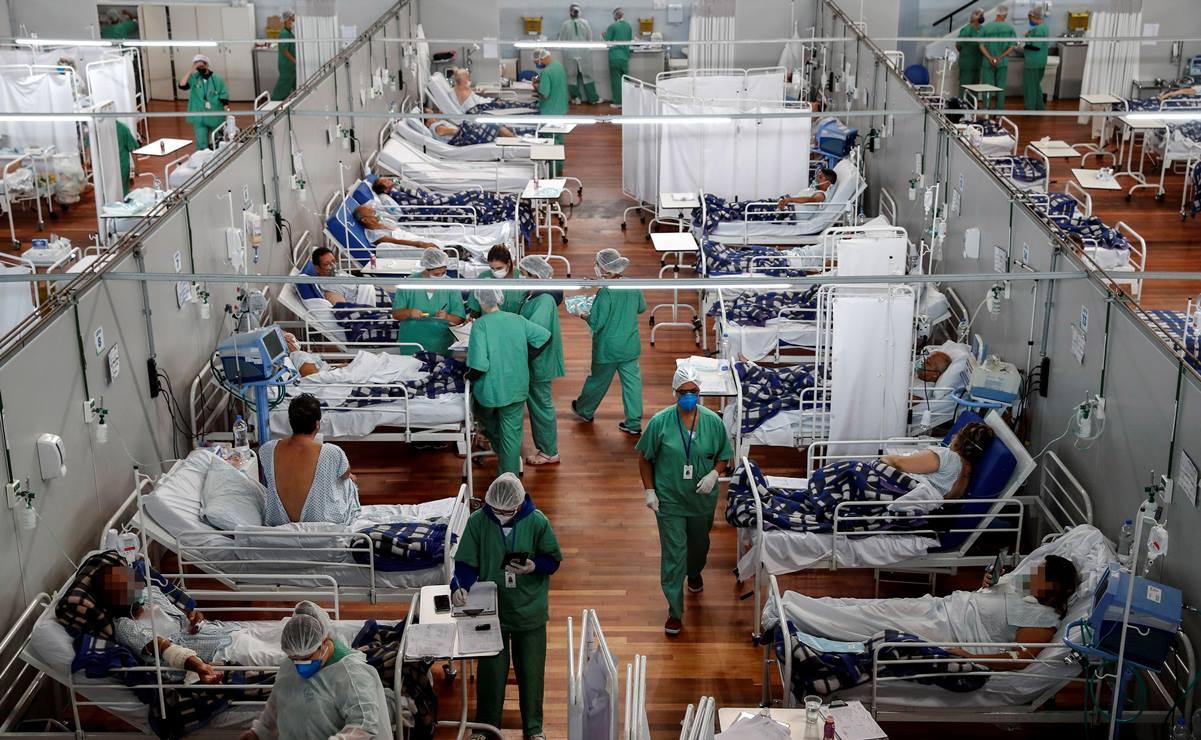 AME326. SANTO ANDRÉ (BRASIL), 16/04/2021.- Fotografía general de pacientes en tratamiento por la Covid-19, en el Hospital Municipal de Campaña Pedro Dell Antonia, el 15 de abril de 2021 en la ciudad de Santo André, en el estado de Sao Paulo (Brasil). Por primera vez desde el inicio de la pandemia del coronavirus, las personas menores de 40 años son mayoría entre los pacientes ingresados en las UCI de Brasil, país que vive una segunda ola más virulenta y letal que la primera, con una media de 3.000 fallecidos por día. EFE/ Sebastiao Moreira